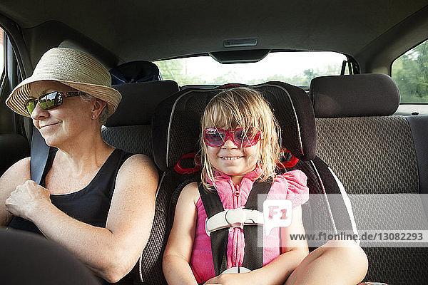 Großmutter und Enkelin im Auto sitzend
