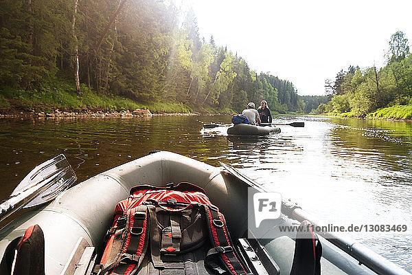 Ehepaar reist im Sommer auf einem Schlauchboot im Fluss
