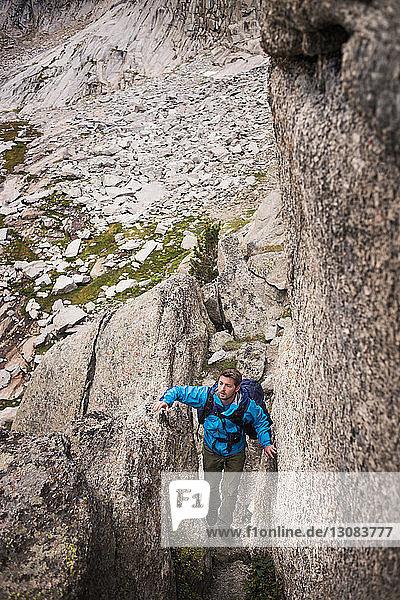 Hochwinkelaufnahme eines auf Felsformationen wandernden Menschen