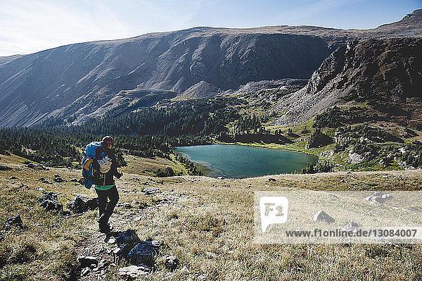 Frau wandert auf dem Berg am See