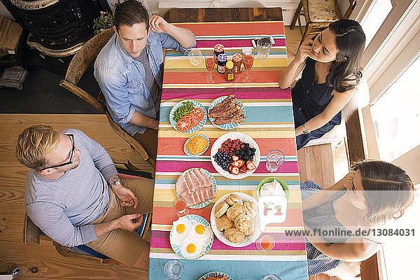 Schrägaufnahme von Freunden beim Essen zu Hause