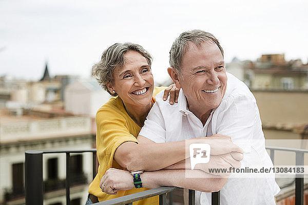 Fröhliches älteres Ehepaar verbringt schöne Zeit auf der Terrasse