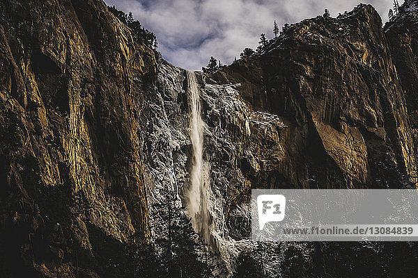 Tiefblick auf den Wasserfall vom Berg im Yosemite-Nationalpark im Winter