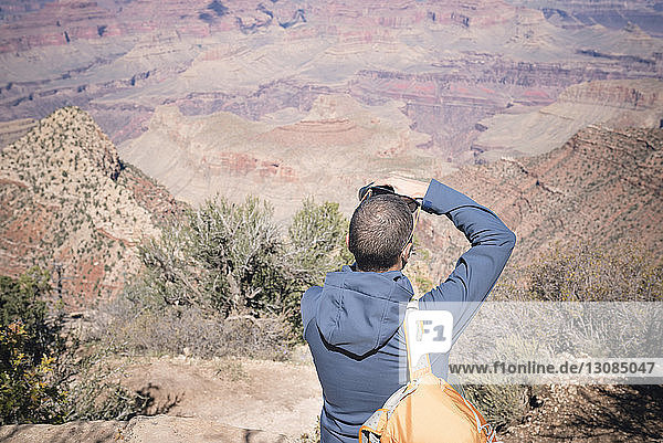 Wanderer fotografiert gegen Berge