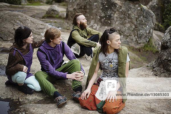 Hochwinkelaufnahme von Freunden  die sich auf einer Felsformation am Hanging Rock ausruhen