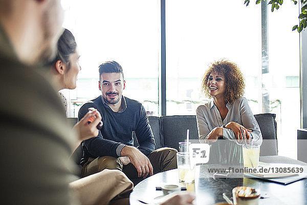 Geschäftsleute diskutieren im Restaurant