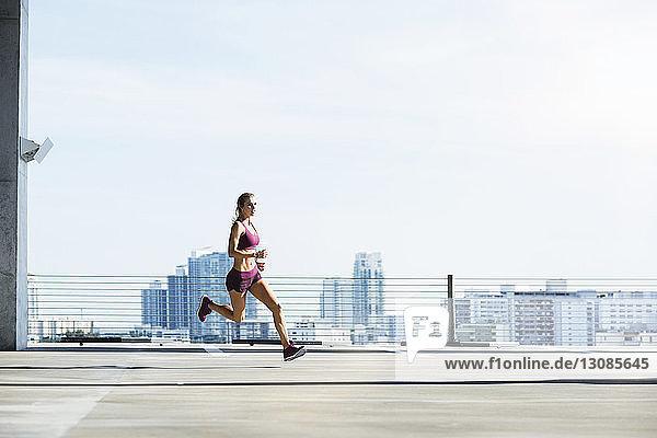 Entschlossene Athletin läuft auf Parkplatz