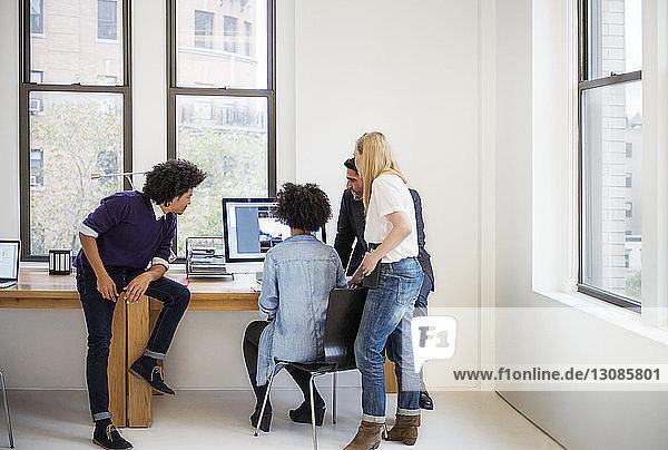 Kollegen  die im Kreativbüro am Computer arbeiten