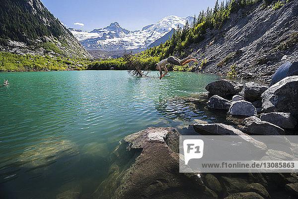 Seitenansicht des hemdlosen Mannes beim Tauchen im Fluss im Mount Rainier National Park