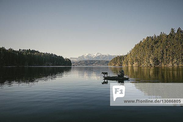 Mitteldistanzansicht eines Mannes im Boot auf dem See gegen den Himmel
