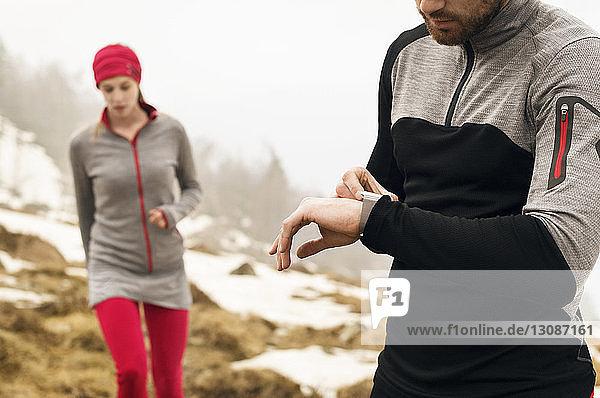 Männliche und weibliche Athleten im Winter in den Bergen