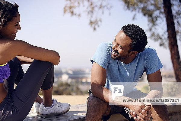 Glückliches Paar sitzt auf Felsen auf dem Land