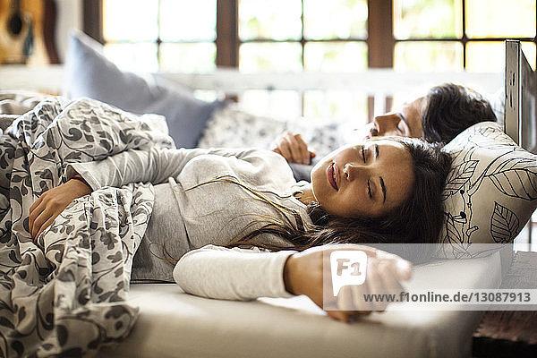 Paar  das zu Hause im Bett schläft