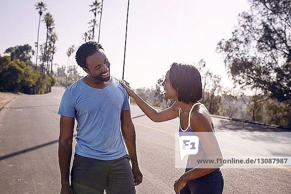 Glückliches Paar steht an einem sonnigen Tag auf der Straße