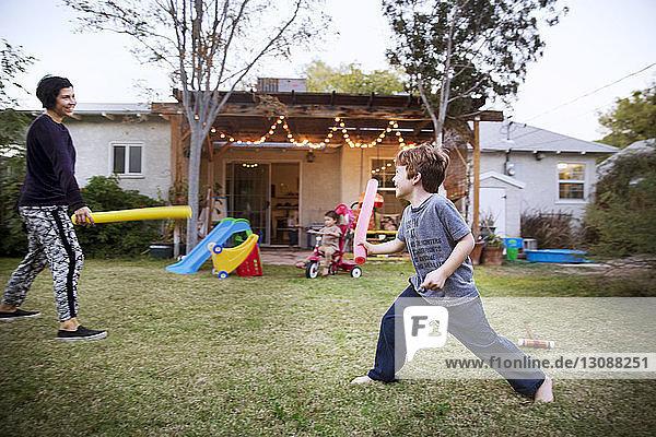 Mutter und Sohn spielen auf dem Rasen
