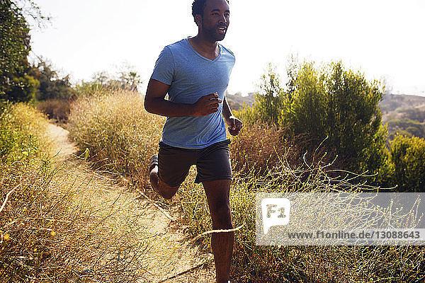 Entschlossener Mann läuft auf Grasfeld