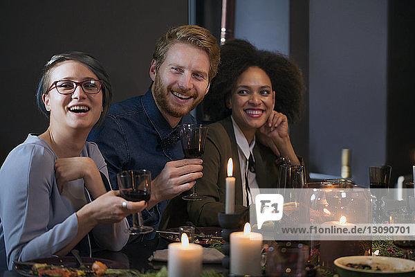 Freunde essen zu Weihnachten zu Hause