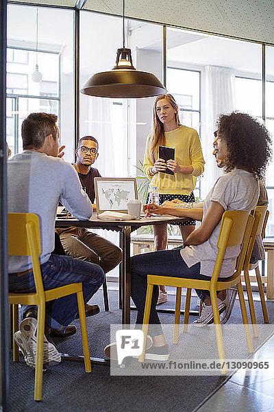 Geschäftsleute beim Brainstorming im Sitzungssaal im Büro