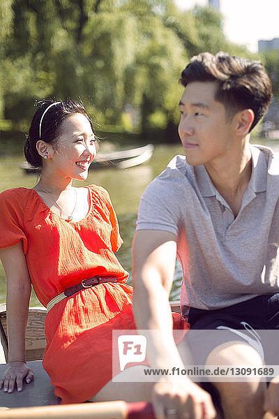 Ehepaar entspannt sich an einem sonnigen Tag am See