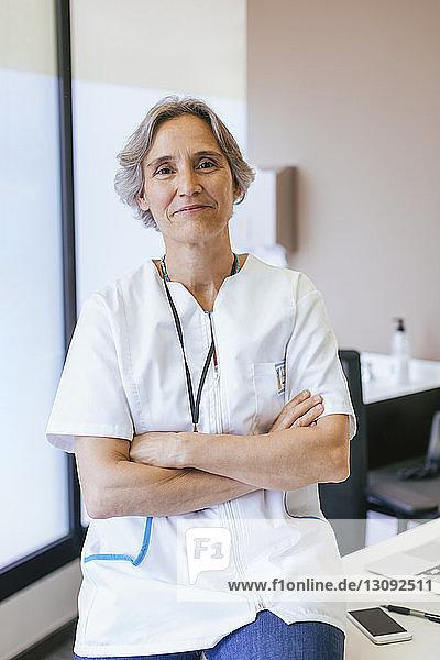 Porträt eines leitenden Arztes im Krankenhaus