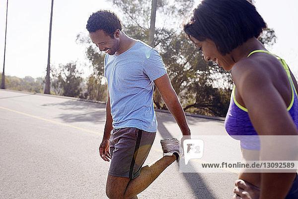 Mann und Frau trainieren auf der Straße