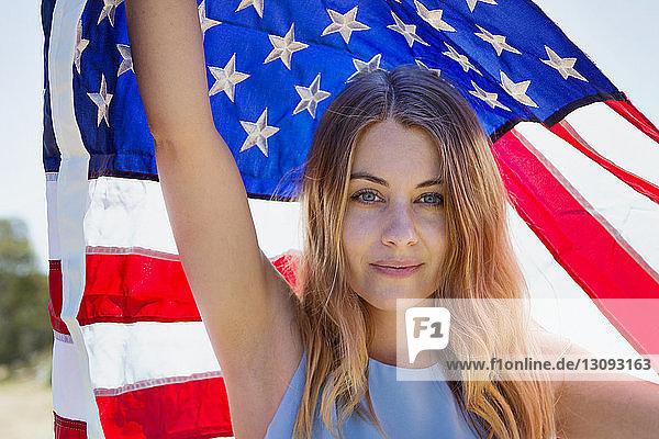 Bildnis einer Frau mit amerikanischer Flagge