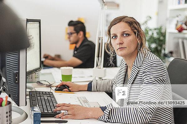 Porträt einer Berufstätigen mit Bürokollegin