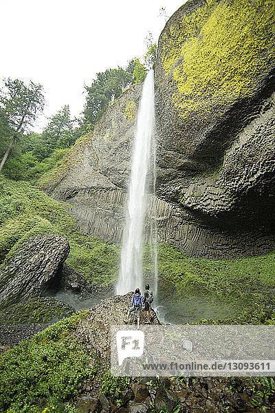 Hochwinkelansicht des Paares beim Blick auf den Wasserfall