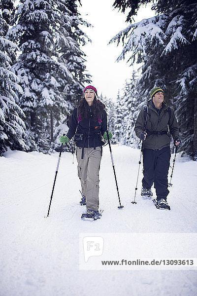 Paar Schneeschuhwandern im Wald