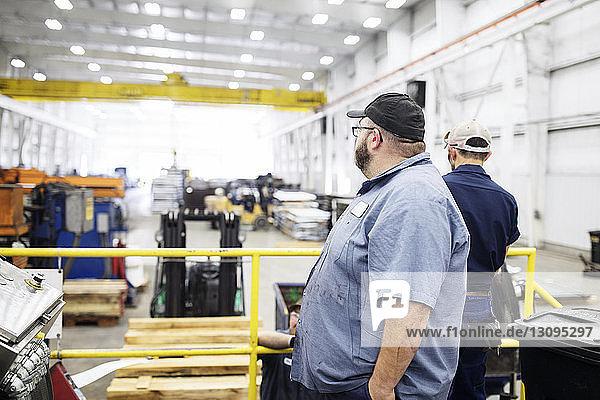 Arbeiter in einem Metall-Stahlwerk