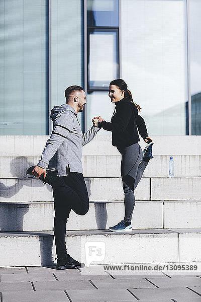Paar übt im Stehen auf Stufen in der Stadt