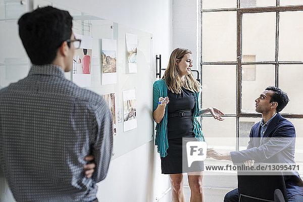 Geschäftsleute diskutieren während einer Besprechung in einem hell erleuchteten Büro