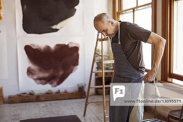 Künstlerin mit Schürze in der Werkstatt