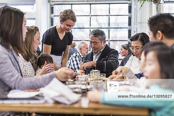 Glückliche Familie feiert Geburtstag im Restaurant