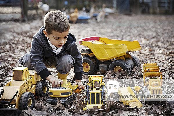 Junge spielt mit Spielzeug im Freien