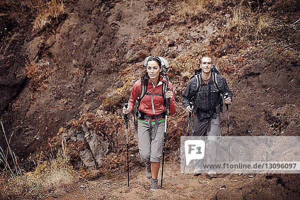 Mann und Frau beim Bergwandern