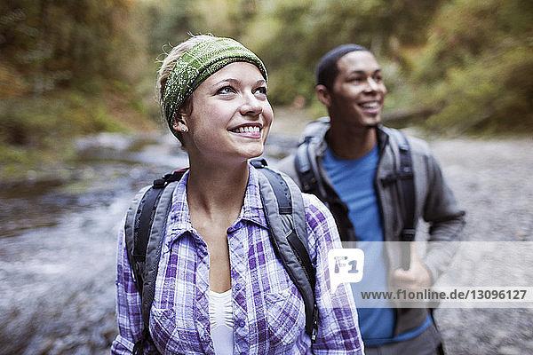 Glückliche Frau mit männlichem Wanderer im Wald