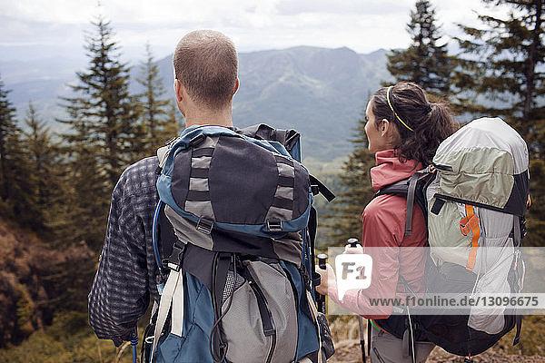 Wanderer mit Rucksäcken beim Blick auf Berge