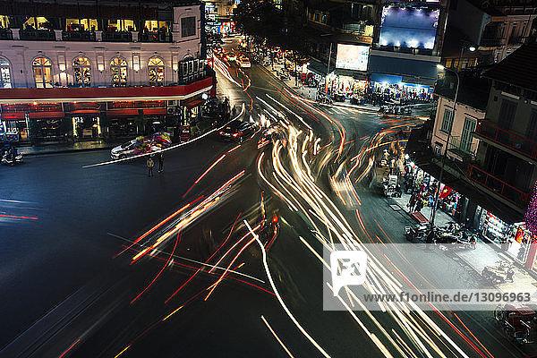 Hochwinkelansicht von Lichtwegen auf der Stadtstraße