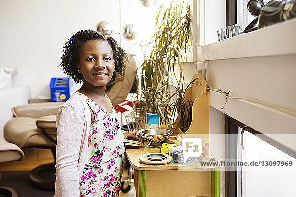 Porträt eines Mädchens  das zu Hause mit Spielzeug spielt