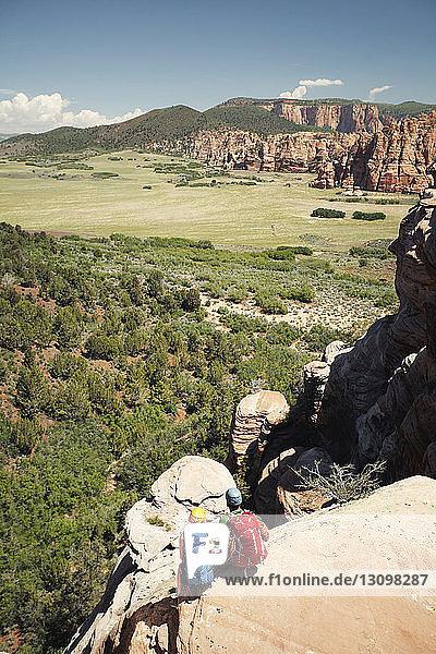 Hochwinkelansicht eines Wanderpaares beim Betrachten der Aussicht