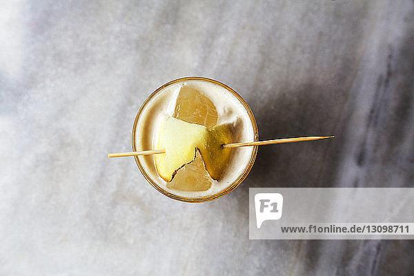 Draufsicht auf das am Tisch servierte Getränk