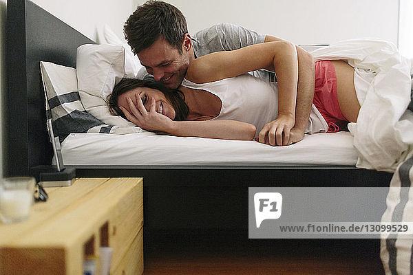 Liebespaar zu Hause im Bett