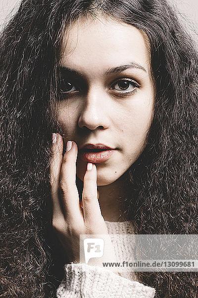 Nahaufnahme-Porträt einer selbstbewussten Frau mit lockigem Haar