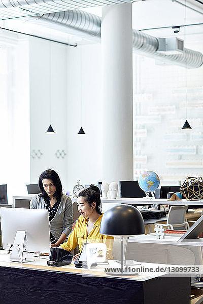 Geschäftsfrauen  die am Desktop-Computer im Kreativbüro arbeiten
