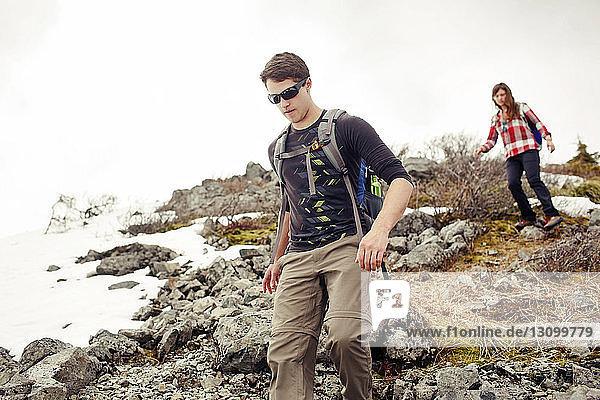 Tiefblick auf Freunde beim Bergwandern