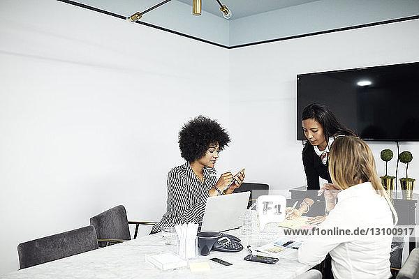 Geschäftsfrauen  die im Konferenzraum im Büro arbeiten