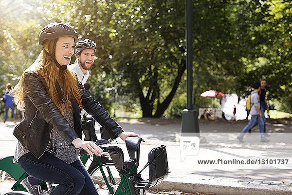 Glückliches Paar beim Fahrradfahren an einem sonnigen Tag