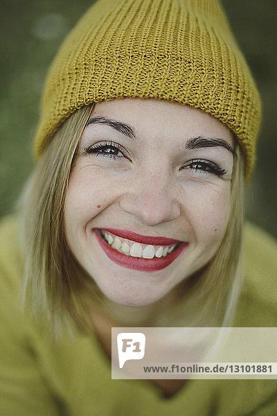 Nahaufnahme-Porträt einer lächelnden Frau  die im Park sitzt