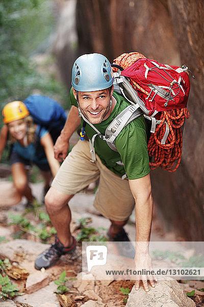 Hochwinkelansicht von Wanderern beim Bergsteigen